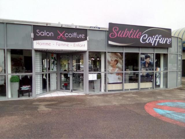 Salon de coiffure mixte au cœur d'un petit centre commercial