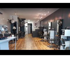 Salon de coiffure moderne au cœur d'un village